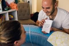 """Eine Geburt kann auch Spaß machen. Hier zeigt der Partner der Frau eine Art Mantra zum Durchhalten - """"Denk dran, dass dich jede Wehe näher zu deinem Kind bringt!"""""""
