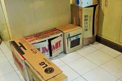 Mutter verwandelt alte Kartons in eine traumhafte Kinderküche