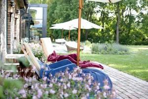 Gutshaus Stolpe: Frühlingsidylle im Park