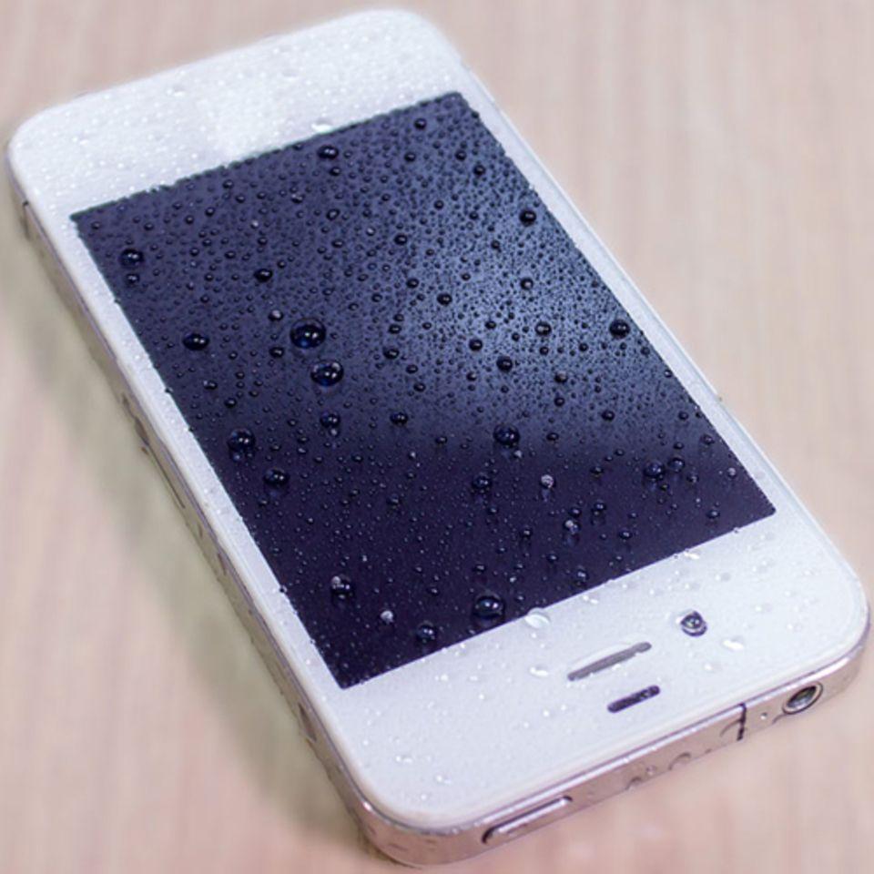 DAS solltet ihr tun, wenn euer Handy ins Wasser gefallen ist