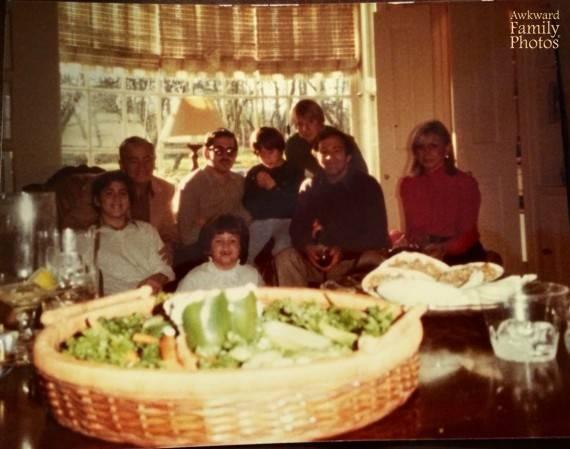 Familie an Salat