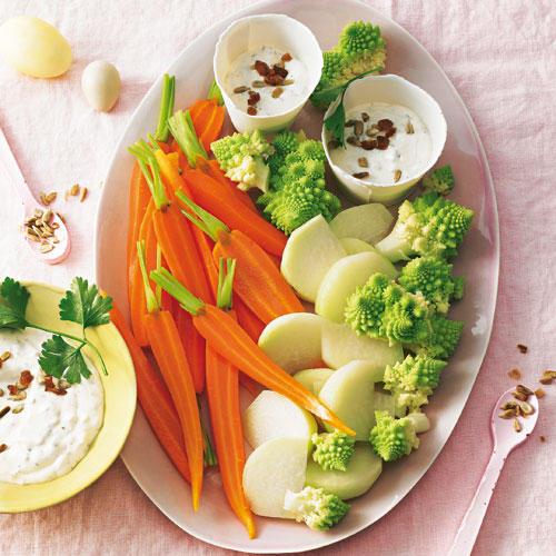 Nur kurz gekocht hat das Gemüse knackigen Biss - genau wie der Dip mit gerösteten Sonnenblumenkernen, Zwiebeln & Rosinen. Zum Rezept: Frühlingsgemüse mit Dip