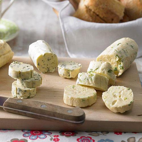 Osterbrunch: Thymian-Zitronen-Butter, Honig-Erdnuss-Butter, Käsebutter