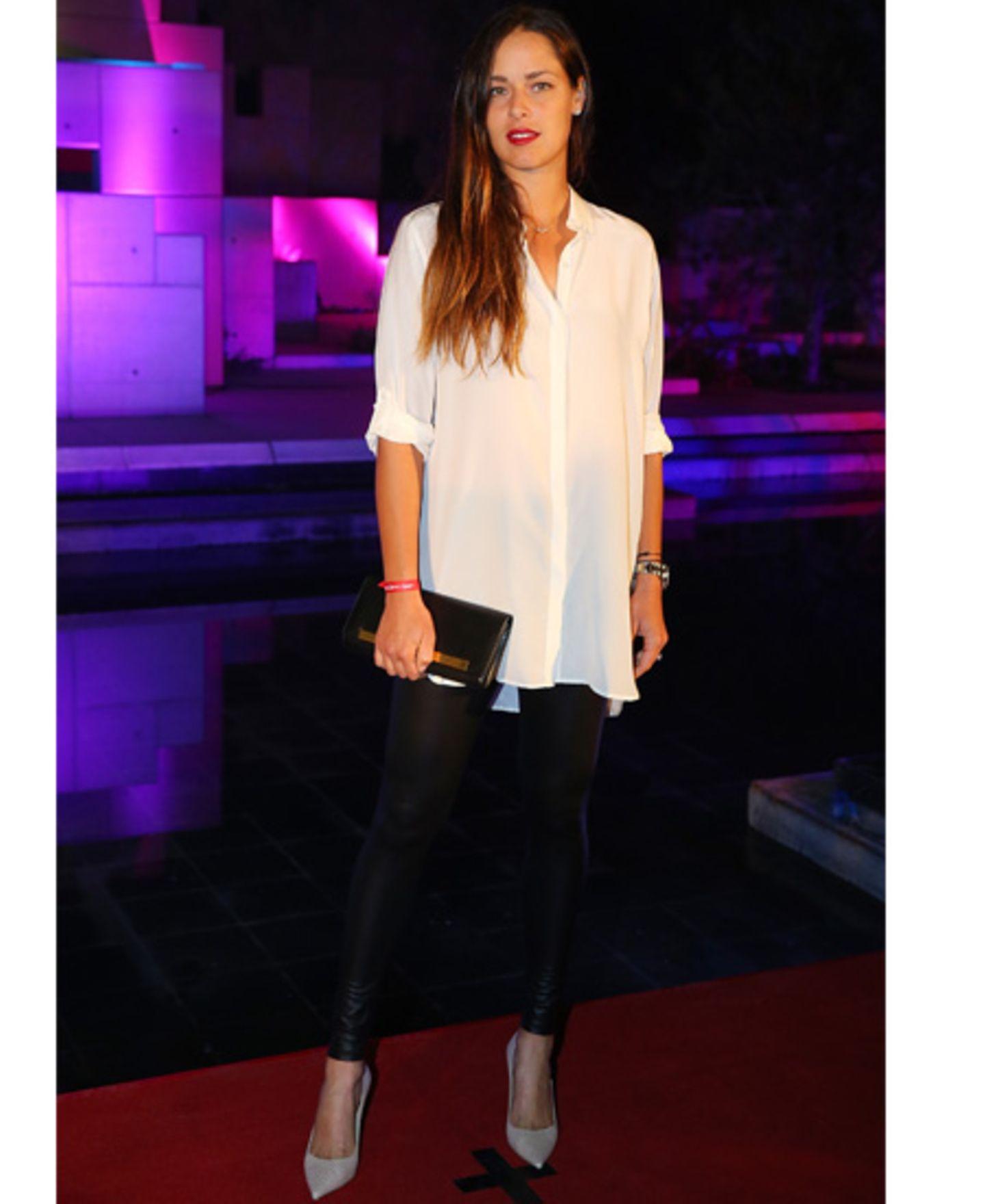 Sie ist DER Liebling bei den Promis: Lederleggins. Sie formen nicht nur eine schöne Figur und einen tollen Po, sie sehen einfach sexy aus und passen zu (fast) jeder Gelegenheit. Dazu sehen sowohl schlichte Oberteile, wie Basic-Shirts oder Pullover, aber auch Long-Blusen und Jeanshemden toll aus.