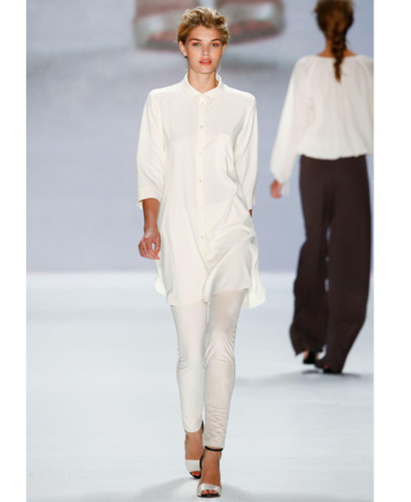 Weiße Leggins gehen gar nicht? Falsch. Wer die helle Variante zur weißen Bluse und weißen Schuhen kombiniert, macht mit dem Allover-Weiß-Look alles richtig.