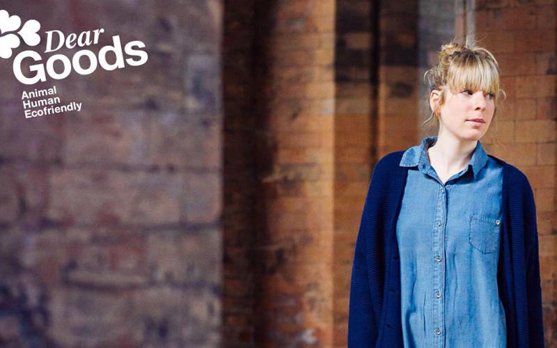 Eine fein sortierte Auswahl an Bio-Mode bietet DearGoods in Läden in München, Berlin und Essen an. Für alle, die woanders wohnen, gibt es zum Glück auch einen Online-Shop. DearGoods beschreibt sich selbst als mensch-, tier- und umweltfreundlich und zeigt, dass schöne Dinge ohne Ausbeutung oder Zerstörung von biologischen Räumen entstehen können.