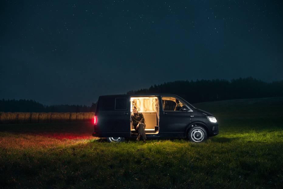 """Haben wollen!: Geschäftsreise mit Urlaubs-Flair: Weil er beruflich viel unterwegs ist, beschloss Möbeldesigner Nils Holger Moormann sich sein eigenes Hotelzimmer auf Rädern einzurichten. Das Ergebnis: Ein Wohnmobil, das man eher """"Wohnpalast"""" nennen sollte."""
