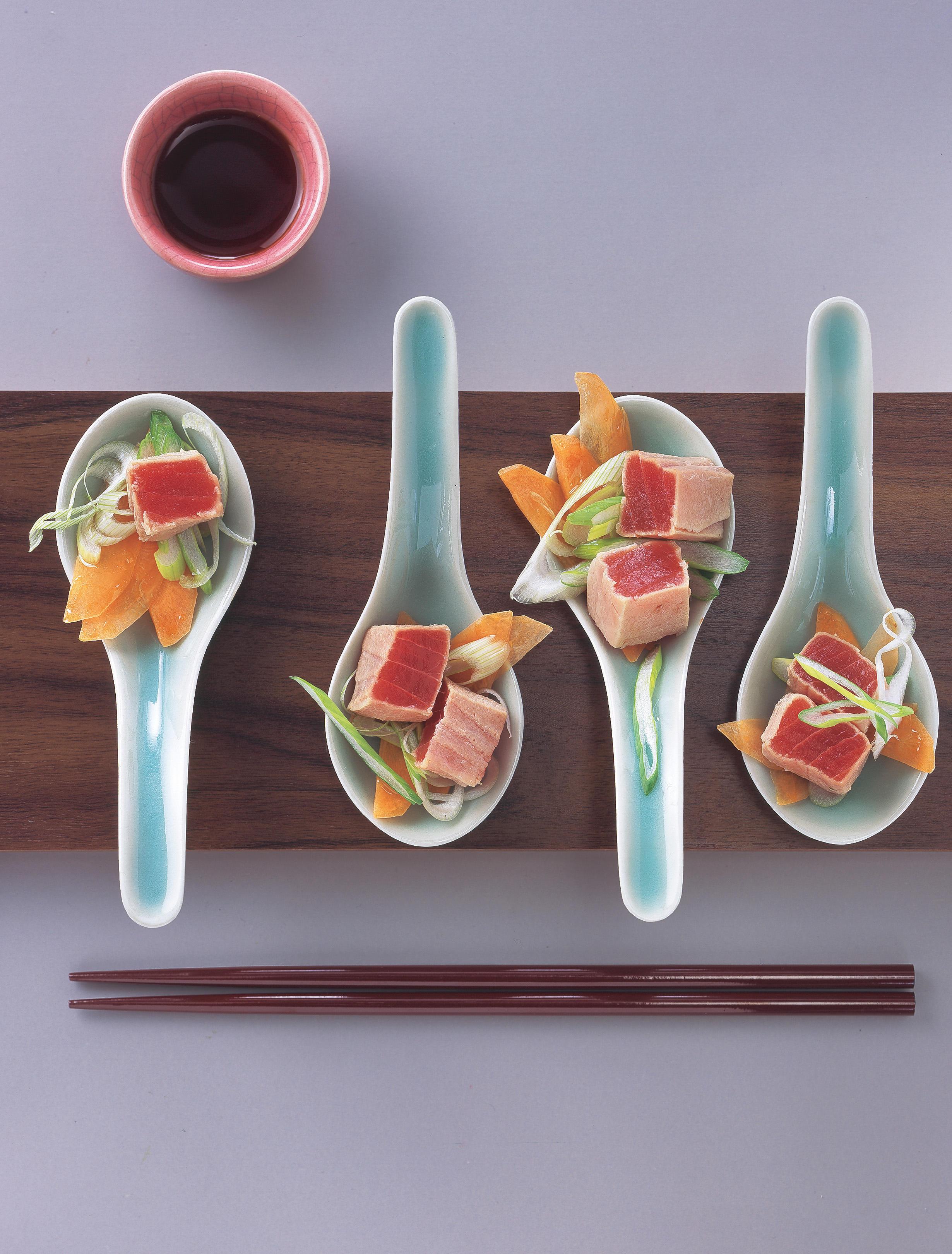 Blanchierter Tunfisch auf mariniertem Gemüse