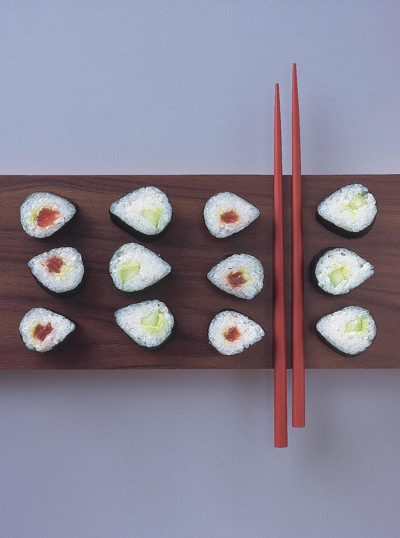 Maki-Sushi mit Tunfisch und Gurke