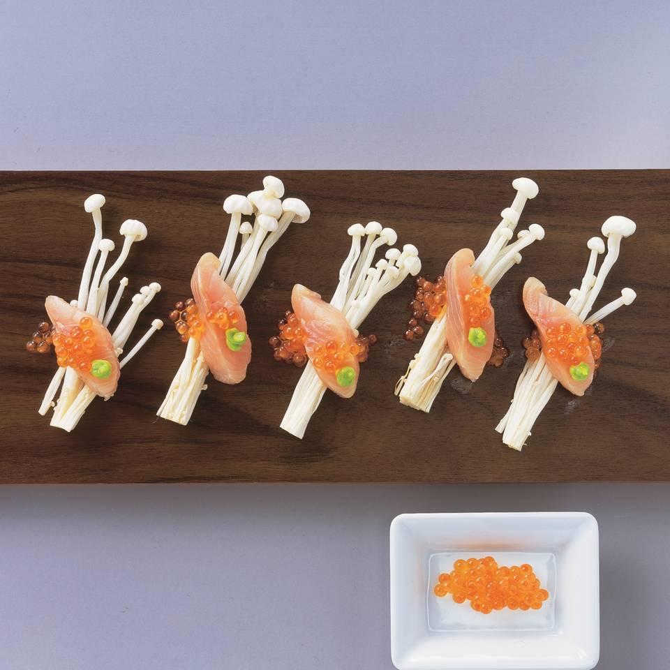 Forelle mit Keta-Kaviar auf Enoki-Pilzen