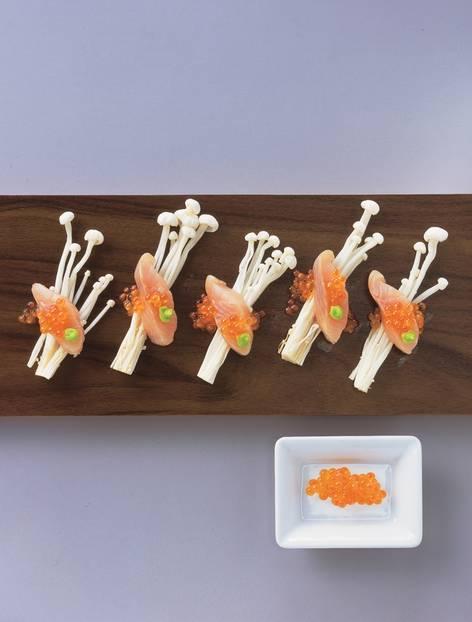 Forellenscheibchen mit Keta-Kaviar auf Enoki-Pilzen