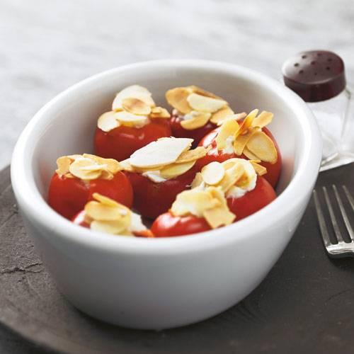 Ein echter Tapas-Klassiker sind die mit Frischkäse gefüllten Kirschpaprika. Mandelblättchen obendrauf machen's perfekt! Zum Rezept: Gefüllte Kirschpaprika