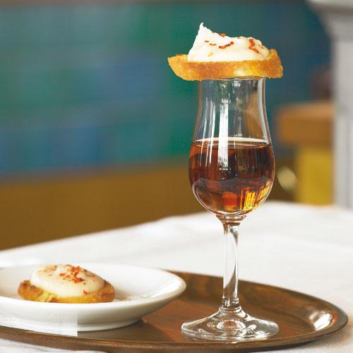 Crostini, die knusprig gebratenen Brote, stammen ursprünglich aus Italien. Mit Weiße-Bohnen-Pürree und Sherry dazu werden spanische Tapas draus. Zum Rezept: Bohnen-Crostini