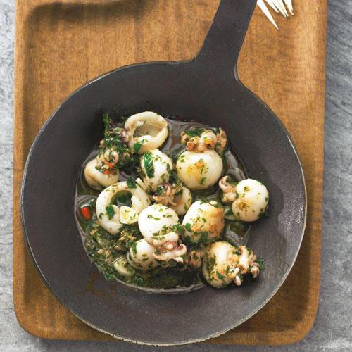 Klein, aber fein - so lieben wir Tapas: Die kleinen Tintenfische werden in Öl angebraten und mit Knoblauch, Petersilie, Chili und Zitronensaft abgeschmeckt. Zum Rezept: Gebratene Mini-Pulpos