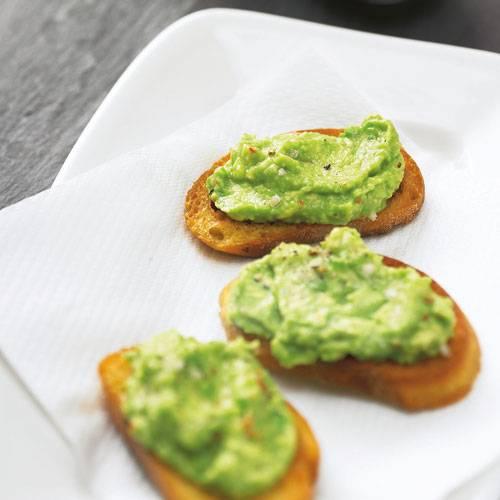 Die Baguettescheiben mit Avocadomus sind blitzschnell fertig und ein feiner Snack zum Wein. Zum Rezept: Avocado-Tapas
