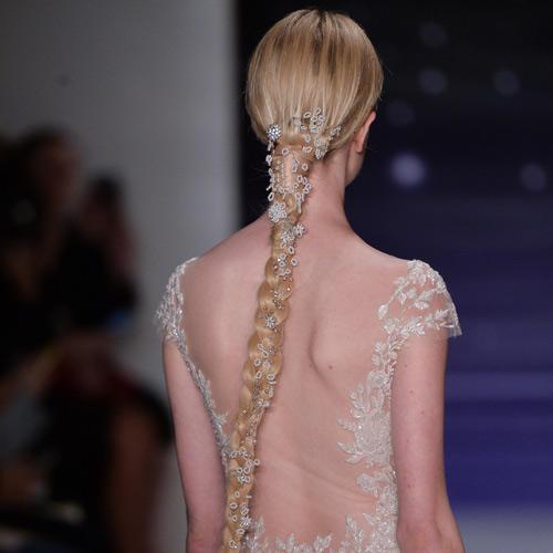 Langer Zopf mit Haarschmuck