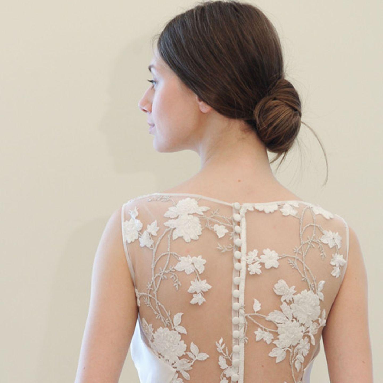 Hochzeitsfrisuren: Frau in Brautkleid von hinten und Chignon