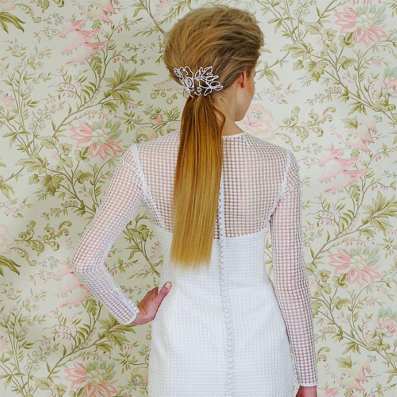 Hochzeitsfrisuren: Toupierte Variante für lange Haare mit Pony