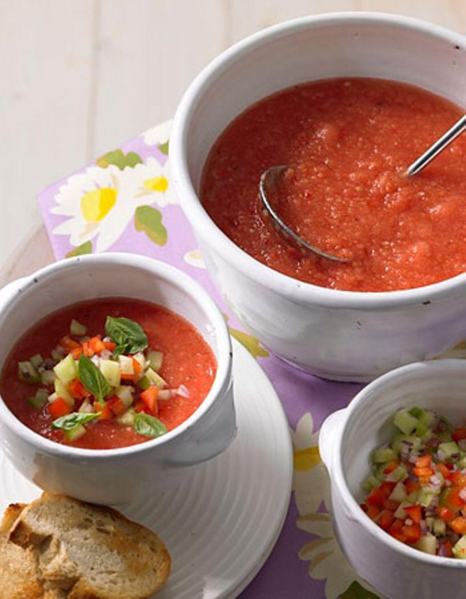 Heute bleibt die Küche kalt - es gibt Gazpacho! Für die kalte spanische Tomatensuppe brauchen Sie nur einen Pürierstab. Lecker: das Topping aus Gurke, Paprika, Zwiebel und Minze. Zum Rezept: Gazpacho