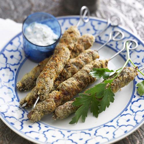 Von Köfte bis Lahmacun: In der arabischen Küche haben Hackfleisch-Gerichte eine lange Tradition. Statt mit Lammhack, wie im Orient oft üblich, haben wir unsere Fleischrollen mit Rinderhack zubereitet - das ist milder und kommt bei Kindern besser an. Zum Rezept: Fleischrollen am Spieß