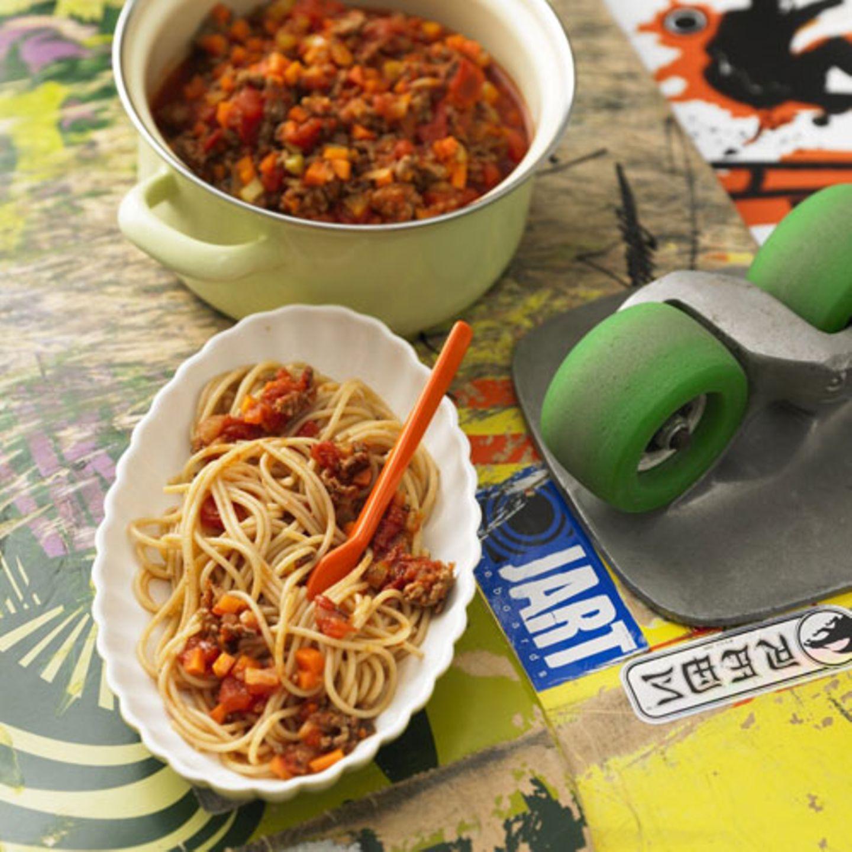 Nudeln und Soße, das essen wohl fast alle Kinder gern. Wir verschlanken die Bolognese mit Rindertatar. Das hat nur etwa vier Prozent Fett - normales Hackfleisch hingegen hat bis zu 30 Prozent. Bei den Nudeln greifen wir auf gesunde Vollkornnudeln zurück. Zum Rezept: Vollkorn-Spaghetti Bolognese