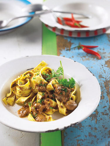 Stehen Sie auf Italienisch? Dann sollten Sie diese Pilz-Bolognese probieren. Pilze & Hackfleisch spielen das Duo geniale!