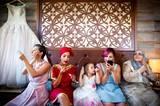 """Jedes Jahr küren die Mitglieder der International Society of Professional Wedding Photographers die besten Hochzeitsfotos des Jahres. Alle drei Monate stimmen die professionellen Fotografen über die gelungensten Aufnahmen in 20 verschiedenen Kategorien ab - dazu gehören etwa """"der entscheidende Moment"""", """"Brautporträt"""", """"Hochzeitsort"""", """"Humor"""", """"Hochzeitsdetails"""", """"Vorbereitungen"""" oder """"Familienliebe"""". Lasst euch von dieser Auswahl preisgekrönter Bilder inspirieren! Alle Bilder seht ihr hier."""