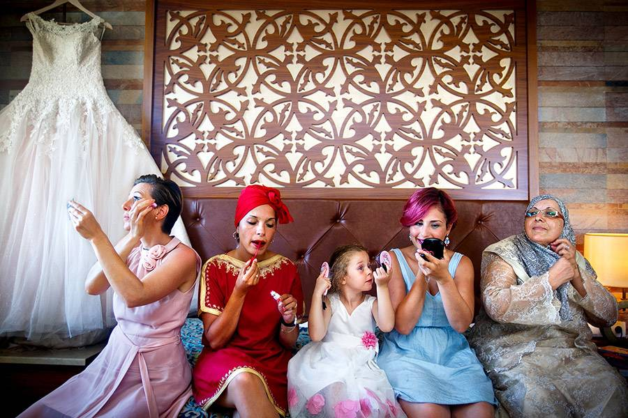 """Zum Verlieben: Jedes Jahr küren die Mitglieder der International Society of Professional Wedding Photographers die besten Hochzeitsfotos des Jahres. Alle drei Monate stimmen die professionellen Fotografen über die gelungensten Aufnahmen in 20 verschiedenen Kategorien ab - dazu gehören etwa """"der entscheidende Moment"""", """"Brautporträt"""", """"Hochzeitsort"""", """"Humor"""", """"Hochzeitsdetails"""", """"Vorbereitungen"""" oder """"Familienliebe"""". Lasst euch von dieser Auswahl preisgekrönter Bilder inspirieren! Alle Bilder seht ihr hier."""