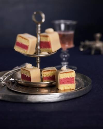 Biskuit, gefüllt mit Vanille-Himbeer-Creme - eine gezuckerte Mandel setzt dem Ganzen die Krone auf. Ihr könnt die Petit Fours aber auch mit bunten Zuckerperlen, Schokoladenstückchen, Zuckerguss oder kandierten Blüten dekorieren. Zum Rezept: Petits Fours
