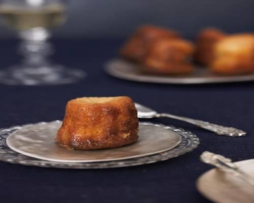 Bei Cannelés entsteht durchs lange Backen feiner Karamell. In Frankreich werden sie traditionell in kleinen gezackten Backformen aus verzinntem Kupfer gebacken. Wir haben in unserer Versuchsküche mit Silikon-Backformen von Lékué gebacken, die ihr bestellen könnt. Zum Rezept: Cannelés Bordelais