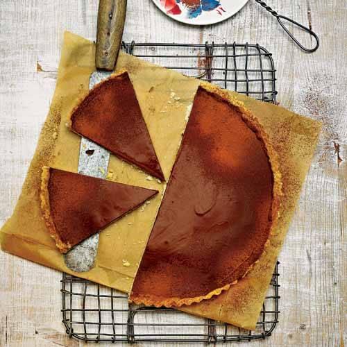 """Mit herrlich buttrigem Boden und voll cremig. Nur beste Schokolade nehmen - umso """"schmelziger"""" wird die Tarte. Zum Rezept: Tarte au Chocolat"""