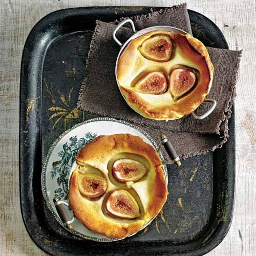 Halb Kuchen, halb Auflauf - und tre?s bon als Dessert! Die Luftikusse aus Eierteig toppt saftiges Obst.  Zum Rezept: Clafoutis mit Feigen