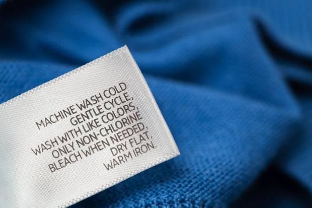 Im Textiletikett in der Kleidung findet ihr Infos, wie ein Material gewaschen und gebügelt werden darf.