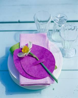 Osterdeko mit frischen Blumen für die Festtafel