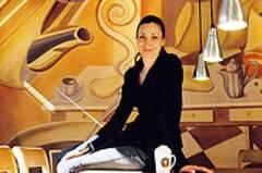 Vanessa Kullmann vor ihren selbst entworfenen Wandbildern.