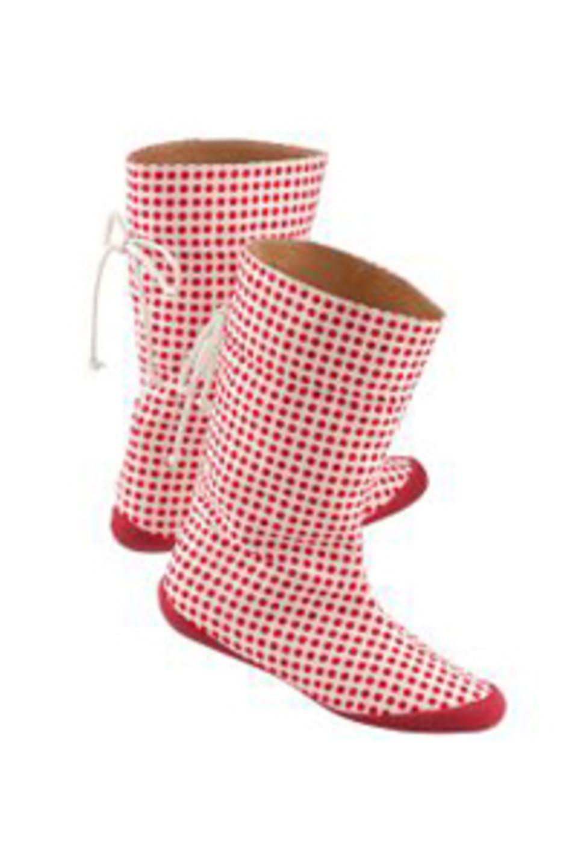 Gummistiefel mit roten Pünktchen und weißem Schnürband von Conley's, ca. 79 Euro. Zu bestellen über www.conleys.de