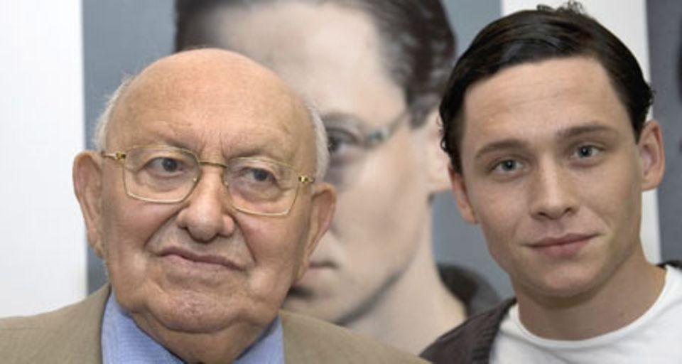Marcel Reich-Ranicki und Matthias Schweighöfer bei der Präsentation des Filmprojekts in Köln.