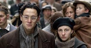 Die Deportation der Juden aus dem Ghetto beginnt. Marcel (Matthias Schweighöfer, l.) und Tosia (Katharina Schüttler, r.) müssen sich einreihen.