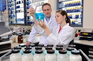Das wissenschaftliche Team von Dr. Ruppert entwickelt neue Sonnenschutzmittel für den weltweiten Markt.
