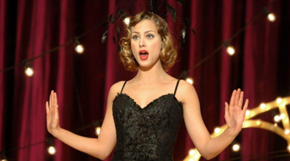 "Douce bezaubert in ""Paris Paris"" alle mit ihrem Gesang"