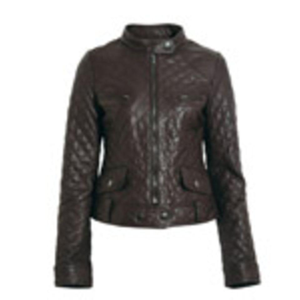 Taillierte Lederjacke mit aufgesetzten Taschen von Hallhuber, um 200 Euro.