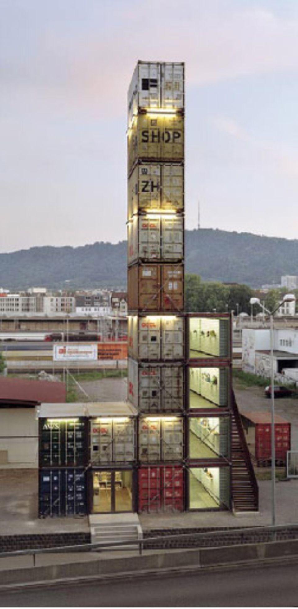26 Meter hoch ist er, der Freitag-Shop in Zürich. Er besteht aus 17 Containern und beherbergt die weltweit größte Auswahl an Freitag-Taschen