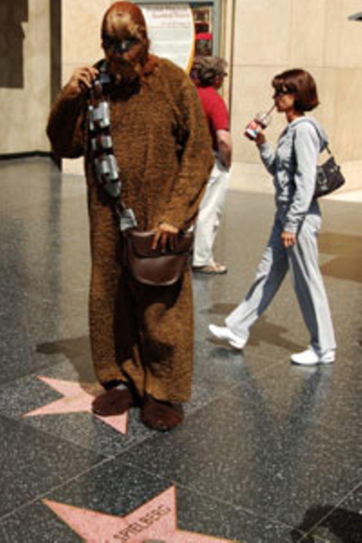 Chewbacca und Steven Spielberg vor dem Kodak Theater in Hollywood