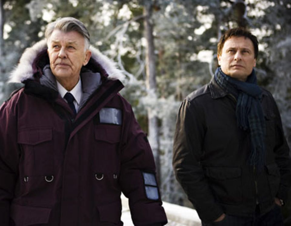 Henrik Vanger (li., Sven-Bertil Taube) beauftragt den Enthüllungsjournalisten Mikael Blomkvist (Michael Nyqvist), das mysteriöse Verschwinden seiner Nichte Harriet aufzuklären.