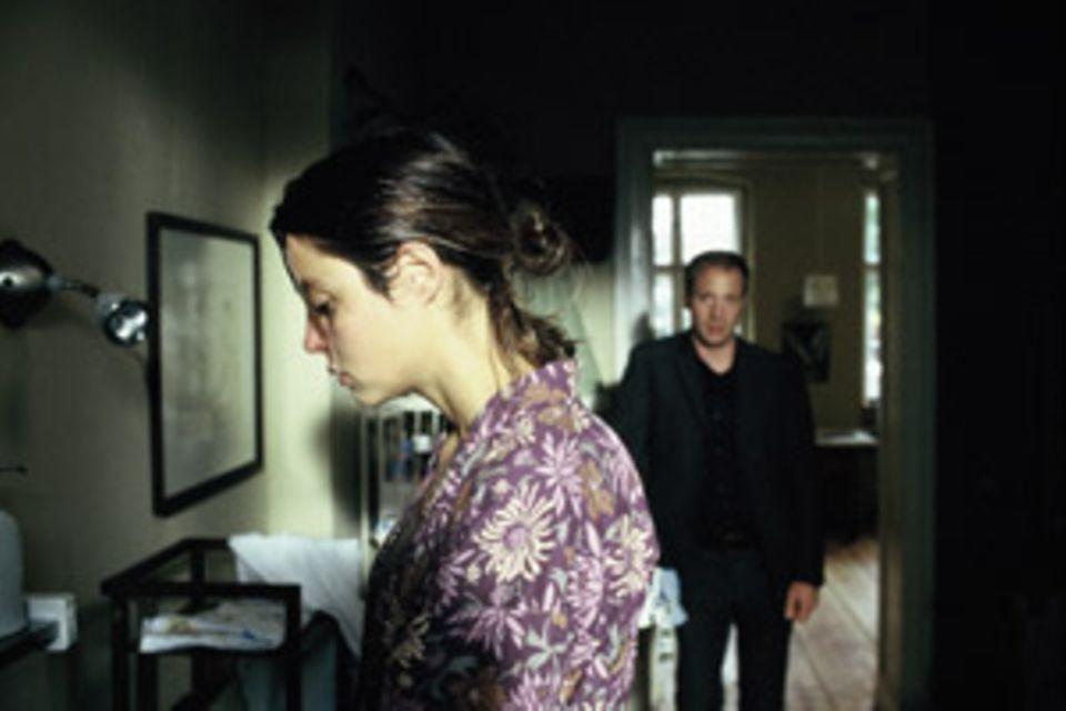 Julian weiß nicht, wie er sich seiner Frau gegenüber verhalten soll.