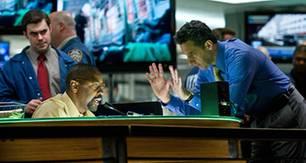 Der Terrorexperte Camonetti (John Turturro, r.) gibt Fahrdienstleiter Walter Garber (Denzel Washington, l.) Anweisungen