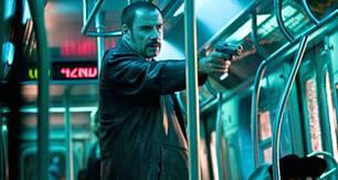 Ryder (John Travolta) bedroht die Geiseln in der U-Bahn.