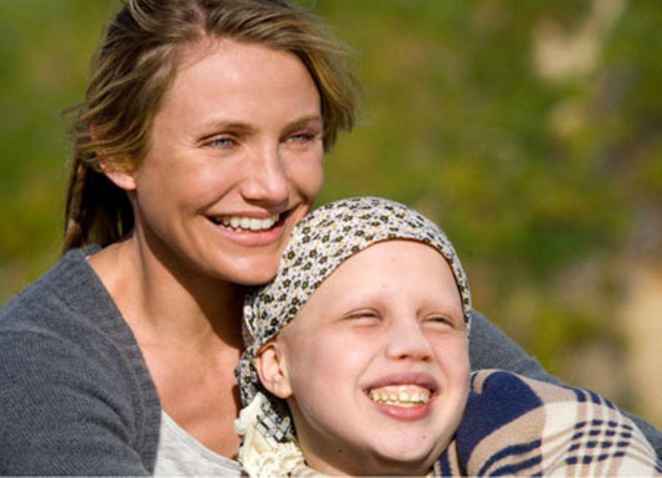 Kate (Sofia Vassilieva) hat Krebs im Endstadium. Bei einem Picknick am Strand kann Sie mit ihrer Mutter, Sara Fitzgerald (Cameron Diaz), wieder einmal Lachen.