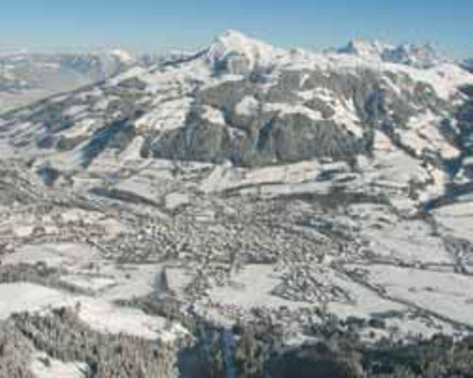 Blick auf Kitzbühel und die Kitzbüheler Alpen