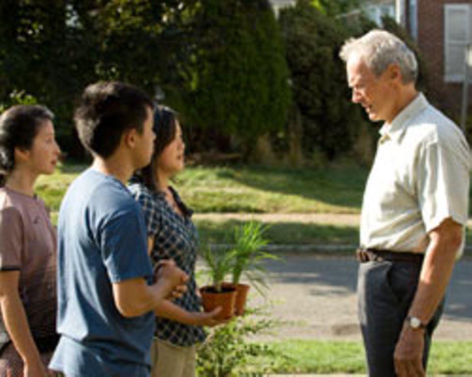 """Gran Torino"": Walt (Clint Eastwood) fühlt sich von Thaos Familie bedrängt."